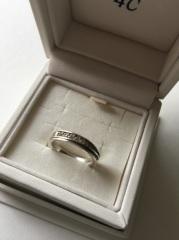 【4℃(ヨンドシー)の口コミ】 婚約指輪がかなり太めの指輪だったので結婚指輪は細身のタイプの指輪で、も…
