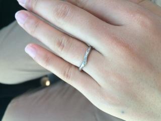 【4℃(ヨンドシー)の口コミ】 指が綺麗に見えるからと、主人から頂いた婚約指輪がV字型でした。それに合…
