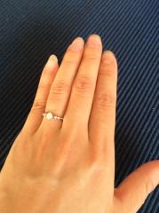 【アイプリモ(I-PRIMO)の口コミ】 真ん中に大きなダイヤ、リングのラインにそって小粒のダイヤが左右に二つ…
