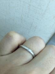 【アイプリモ(I-PRIMO)の口コミ】 シンプルですが、よく見ると斜めにダイヤモンドが5個埋め込まれているオシ…