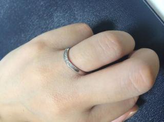 【ROYAL ASSCHER(ロイヤル・アッシャー)の口コミ】 婚約指輪と両方をつけたときに、きれいにマッチングするデザインであった…