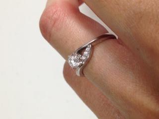 【ラザール ダイヤモンド(LAZARE DIAMOND)の口コミ】 限定モデルだったので、店頭に大きなポスターが出ており、派手な指輪だなと…