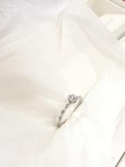 【ジュエリーボックス八木の口コミ】 華奢で繊細な作りの指輪を探していてこの指輪を選びました。がっちりした作…