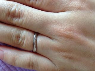 【TRECENTI(トレセンテ)の口コミ】 他店の指輪の断面が半円状に比べ、指輪の断面が丸く作られてるので、指に違…