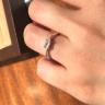 【ORECCHIO(オレッキオ)の口コミ】 エメラルドカットのダイヤモンドの上品な輝きに惹かれました。サイドのメ…