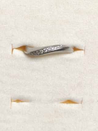 【4℃(ヨンドシー)の口コミ】 ウェーブがかった細身のラインの指輪です。デザインが綺麗なうえにダイヤ…