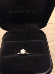【ティファニー(Tiffany & Co.)の口コミ】 シンプルかつゴージャスさも兼ね備えた指輪で、付けてみた瞬間すぐに購入を…