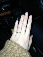 【ケイウノ ブライダル(K.UNO BRIDAL)の口コミ】 シンプルなデザインが良かったので、1番定番なダイヤが1つ付いた婚約指輪…