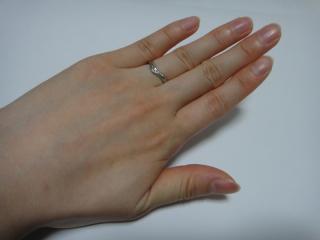 【アイプリモ(I-PRIMO)の口コミ】 婚約指輪と重ねづけができることが一番の決め手でした。  夫の結婚指輪と…