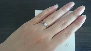 【4℃(ヨンドシー)の口コミ】 主人からサプライズで貰った婚約指輪です。  主人は購入の際、シンプルで…