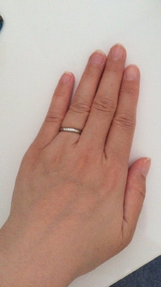 【L'or(ロル)の口コミ】 緩やかなカーブが指をキレイに見せてくれますし、シンプルだけど5つのダイ…