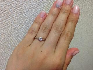【銀座ダイヤモンドシライシの口コミ】 デザインがかわいくて気に入りました。  ダイヤモンドがセットしてある下…
