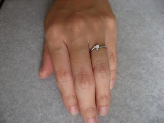 【vielle bijou SOPHIA(ヴィエールビジュソフィア)の口コミ】 ダイヤモンドを中心に、2つのプラチナの曲線が交わるようなデザインが気に…