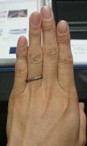 【エクセルコダイヤモンド(EXELCO DIAMOND)の口コミ】 似たデザインの指輪を他のブランドでも試着してみましたが、ラインの滑ら…