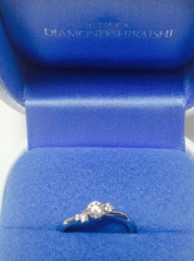 【銀座ダイヤモンドシライシの口コミ】 上から見るとリングが斜めのウェーブなので、指が細く見えます。 ダイヤが…