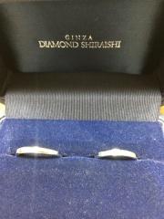 【銀座ダイヤモンドシライシの口コミ】 シンプルなデザインを探していました。 この指輪は、女性用には中央のダイ…