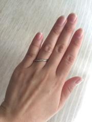 【4℃ BRIDAL(ヨンドシーブライダル)の口コミ】 指輪をして指を閉じた時に、ストレートタイプよりも、カーブがかかってい…