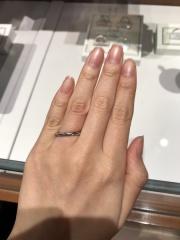 【銀座ダイヤモンドシライシの口コミ】 ねじれているデザインでダイヤモンドが正面にあるものと、両端にあるもの…