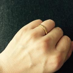 【ティファニー(Tiffany & Co.)の口コミ】 もともとゴールドの指輪をはめたいと思っていて、主人にも同様の指輪をつけ…