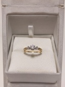 【ENUOVE(イノーヴェ)の口コミ】 ザ・婚約指輪という感じが嫌だったのでゴールドの指輪を探していました。 …