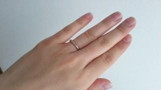 【SIENAROSE(シエナロゼ)の口コミ】 シンプルですが、テクスチャーに特徴があり、日常的につける結婚指輪とし…