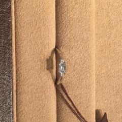 【ORECCHIO(オレッキオ)の口コミ】 比較的シンプルなデザインですが、サイドのメレダイヤの輝きが中央の大き…