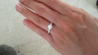 【LEHAIM(レハイム)の口コミ】 一粒ダイヤの周りをメレダイヤでグルっと囲んだような華やかなデザインの…