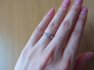 【WATANABE / 宝石・貴金属 渡辺の口コミ】 バラのつぼみのように、すぼまった形の立て爪と、丸みのあるリングがかわい…