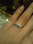 【ケイウノ ブライダル(K.UNO BRIDAL)の口コミ】 デザインはメレダイヤ付きの婚約指輪と決めていました。 何店舗かお店巡り…