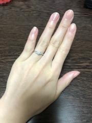 【WATANABE / 卸商社直営 渡辺の口コミ】 色んな形で悩みましたが、真ん中にダイヤ、両サイドに2つメレダイヤの入っ…