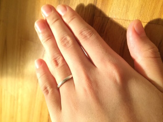 【Beams weddingの口コミ】 この指輪の一番の決め手はシンプルであることです。  もともと石の入った…
