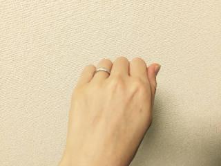 【4℃(ヨンドシー)の口コミ】 一見、シンプルなデザインなのですが、側面にダイヤがついているので、見…