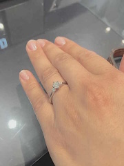 【ROYAL ASSCHER(ロイヤル・アッシャー)の口コミ】 指輪のリングの幅がゴツゴツしておらず、はめた時の感触がとても良かった…