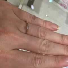 【TRECENTI(トレセンテ)の口コミ】 金属の質感が滑らかであり、指にしっかりとフィットしています。また中央…
