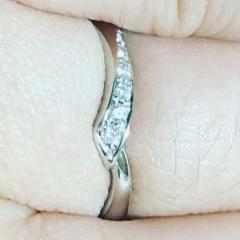 【4℃ BRIDAL(ヨンドシーブライダル)の口コミ】 V字っぽい感じのデザインで個性的だと思います。ダイヤモンドの質が良いた…