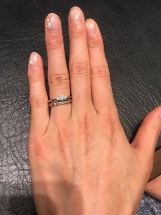 【ラザール ダイヤモンド【取扱店販売】の口コミ】 婚約指輪は、普段でも結婚指輪と重ねづけしたいなと考えていました。お店…