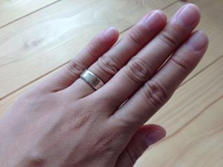 【杢目金屋(もくめがねや)の口コミ】 幅が広めな結婚指輪を探していて、こちらのブランドにめぐり会いました。金…