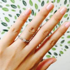 【FOREVER10の口コミ】 この指輪の決めては周りが細くて、真ん中に一粒ダイヤがあるデザインです。…