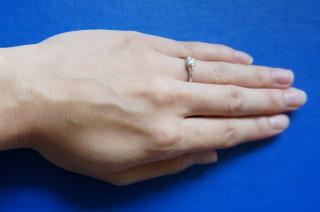 【アイプリモ(I-PRIMO)の口コミ】 指が短いので、V字にカーブしているデザインの指輪を探していました。サイ…