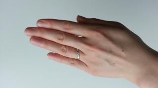 【銀座ダイヤモンドシライシの口コミ】 指が比較的長いので、曲線タイプの指輪の方がお似合いです、とのアドバイス…
