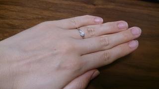 【ラザール ダイヤモンド(LAZARE DIAMOND)の口コミ】 ダイヤモンドが大きいものとサイドに小さいものが3つほど付いています。か…