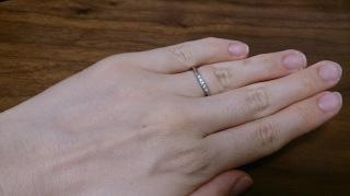 【ラザール ダイヤモンド(LAZARE DIAMOND)の口コミ】 婚約指輪とセットで付けることを考えており、同じ斜めのデザインを希望し…