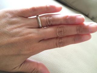 【ティファニー(Tiffany & Co.)の口コミ】 私と主人の指のタイプは全く違いますが、どちらの手にも馴染むペアリング…