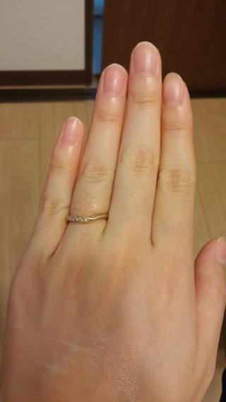 【A・D・A(エー・ディー・エー)の口コミ】 左手薬指にはめてみると、左側にダイヤが並んでいるので見た目がすごくきれ…