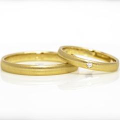 【Tezuka Jewelry(テヅカジュエリー)の口コミ】 非常にシンプルな18金のデザインであるなかで、中心に一粒のメレダイヤが…