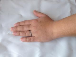 【アイプリモ(I-PRIMO)の口コミ】 女性用の指輪とセットで購入しました。女性用と同様に軽くウェーブしていま…