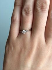 【4℃(ヨンドシー)の口コミ】 彼が選んでくれたのですが真ん中に大きなダイヤがあってその両サイドには珍…