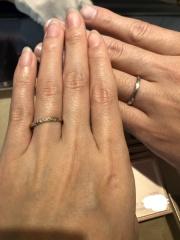 【BRIDGE(ブリッジ)の口コミ】 どちらもストレートラインの指輪で、女性の指輪はゴールドとプラチナのコ…