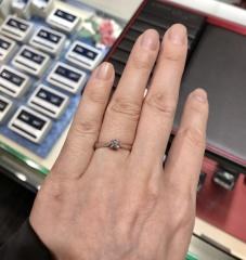 【ラザール ダイヤモンド【取扱店販売】の口コミ】 一石で、アームが細めのシンプルな指輪を探していたので、本当にピッタリ…