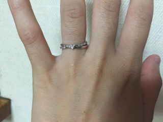 【THE KISS(ザ・キッス)の口コミ】 指輪が二つ繋がってるようなデザインで、一瞬で気に入りました。 ピンクゴ…
